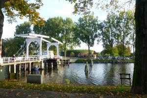 <p>Witte ophaalbrug en Fort Ossenmarkt in Weesp</p>