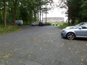 <p>De parkeerplaats bij Fort Uitermeer ...</p>
